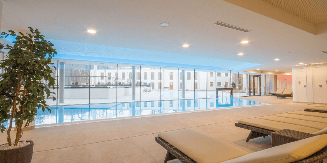 Liegestühle vorm Indoor Pool